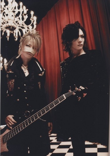 The Gazette achtergrond with a concert and a guitarist entitled Kai and Reita