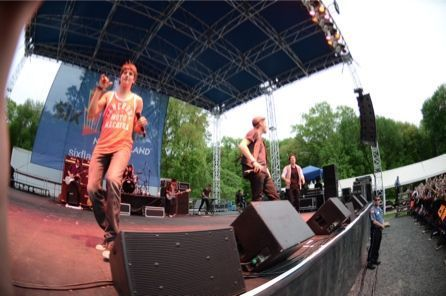 Kiss 95.7's Summer Kickoff концерт at Six Flags New England