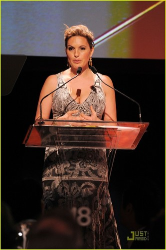 Mariska Hargitay: Joyful cuore Gala with Hilary Swank!