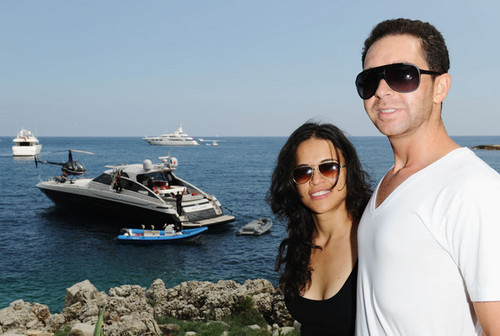 Michelle Rodriguez fond d'écran with sunglasses entitled Michelle & Hamza Talhouni @ Sea Shepherd Lunch - 64th Annual Cannes Film Festival - 2011