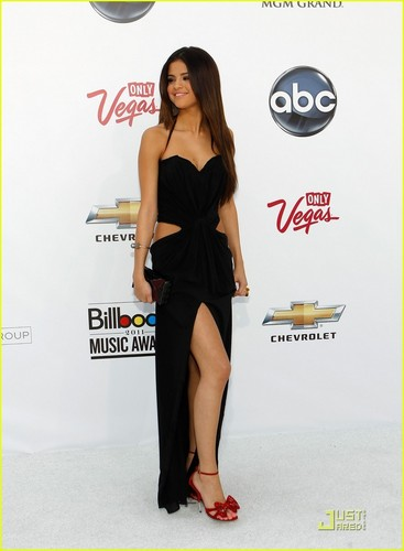 Selena gomez arrives to the billboard awards