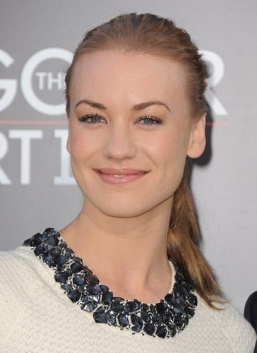 Yvonne Strahovski Hintergrund possibly containing a portrait called Yvonne Strahovski @ the Premiere of 'The Hangover Part 2'