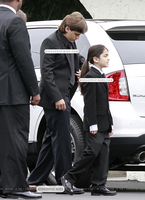 http://images4.fanpop.com/image/photos/22200000/ppb-church-22-05-2011-prince-michael-jackson-22277117-506-696.jpg