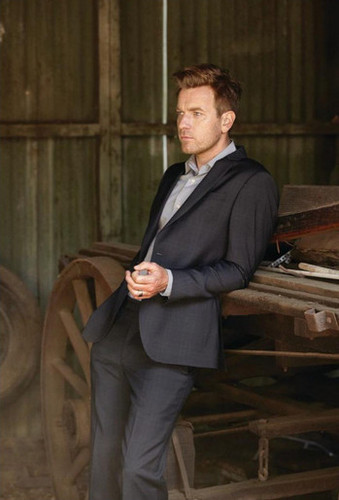 Ewan McGregor karatasi la kupamba ukuta containing a business suit and a suit called Ewan McGregor