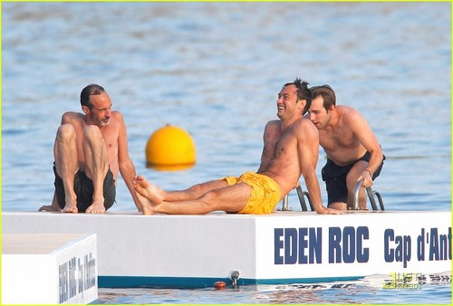 Jude Law: Shirtless in Cannes!