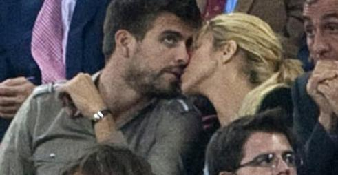 Piqué thinks :  God  see ? I kissed Shakira !