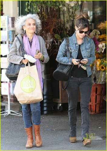 Rachel Bilson: Shopping with Mom!