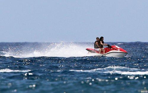 Selena - At the bờ biển, bãi biển with Justin in Maui, Hawaii - May 26, 2011 HQ