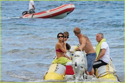 瑟琳娜·戈麦斯 壁纸 possibly containing a raft, a racing boat, and a water entitled Selena Gomez & Justin Bieber: PDA Pair!