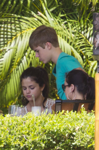 Selena - Having Lunch With Justin Bieber At Four Seasons Hotel - May 25, 2011