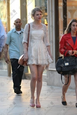 Taylor Swift wallpaper possibly containing bare legs, hosiery, and a hip boot titled Taylor shopping at Westfield Mall