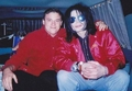 ~MICHAEL WITH A FAN~ - michael-jackson photo