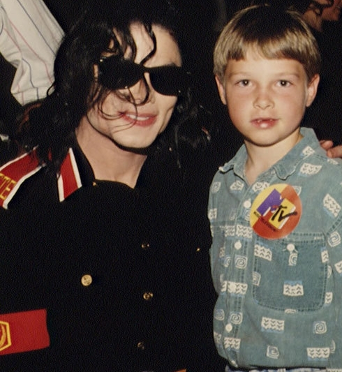 ~MICHAEL WITH A YOUNG FAN~
