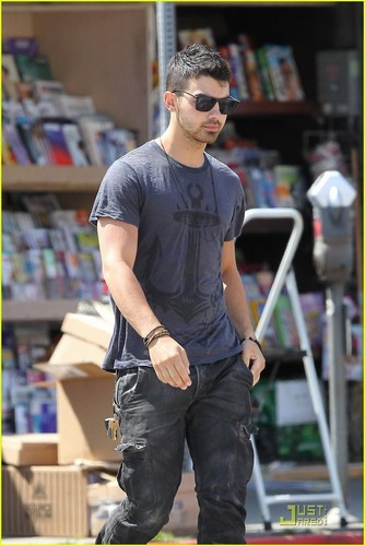 Joe Jonas: Kings Road Cafe Run (05.23.2011)!