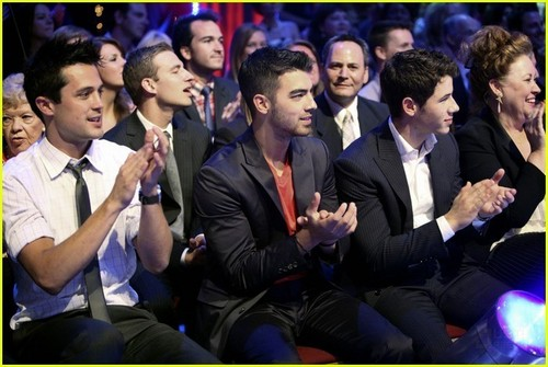 Nick & Joe Jonas: Dancing With The Stars (05.23.2011)!
