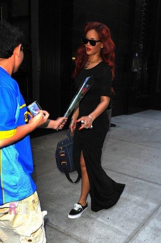 রিহানা - Heading to the East Side Ink tattoo parlor in NYC - May 28, 2011