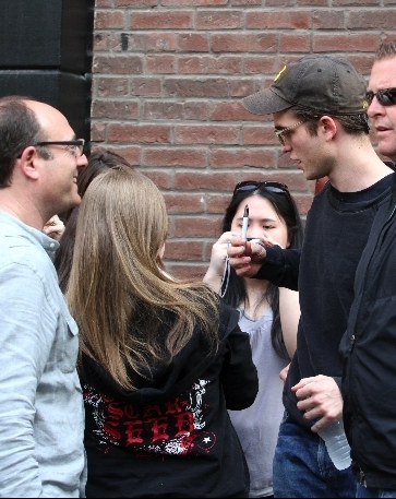 Rob with fans on set <33