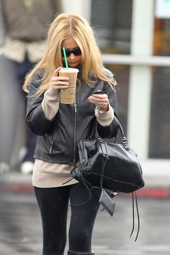 Sarah Michelle Gellar spotted in Santa Monica May 17 2011!