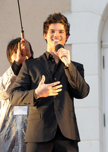 Taylor/Jacob ファン Girls 壁紙 possibly containing a well dressed person, a business suit, and a parasol titled Taylor Lautner