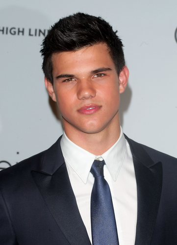 Taylor/Jacob Фан Girls Обои containing a business suit, a suit, and a double breasted suit entitled Taylor Lautner