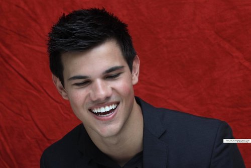 Taylor/Jacob Fan Girls wallpaper probably containing a concert entitled Taylor Lautner