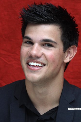 Taylor/Jacob 팬 Girls 바탕화면 probably containing a business suit and a portrait called Taylor Lautner