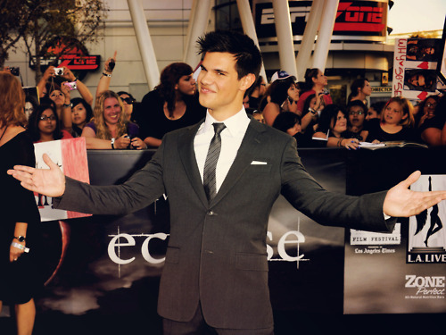 Taylor/Jacob ファン Girls 壁紙 with a business suit, a suit, and a dress suit called Taylor Lautner