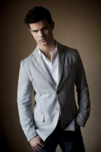 Taylor Lautner fond d'écran containing a business suit, a suit, and a three piece suit entitled Taylor Lautner