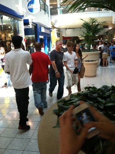 justin and selena at the parks mall in arlington, texas!!