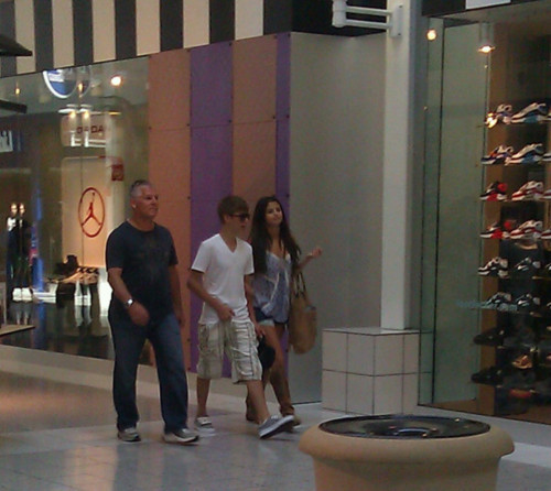 justin and selena at the parks mall in arlington, texas!!