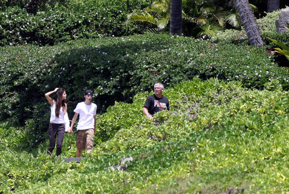 selena gomez and justin bieber 2011 in hawaii. justin bieber and selena gomez