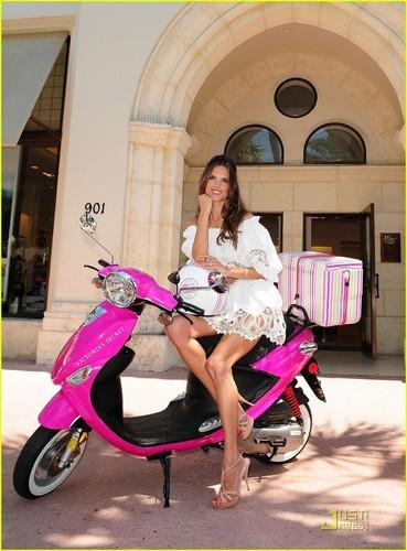 Alessandra Ambrosio: Bombshell in Miami!