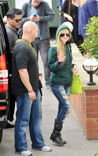 Avril arriving at fuente Studios