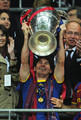 Barcelona Return home pagina Victorious With Champions League Trophy (Lionel Messi)