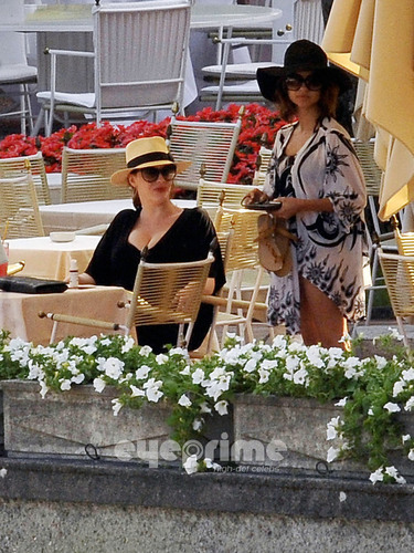 Christina Hendricks relaxing によって the Hotel Pool in Lake Como, Italy.