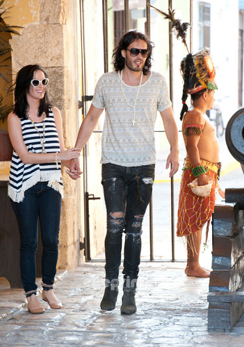 Katy Perry & Russell Brand Spend Memorial 日 in Campeche, Mexico, May 29