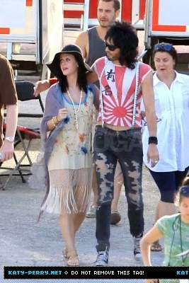 Katy visits Russel on the 'Rock of Ages' set