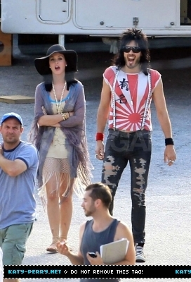 Katy Perry پیپر وال probably containing long trousers and a leisure wear called Katy visits Russel on the 'Rock of Ages' set