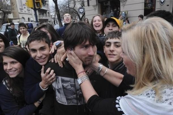 http://images4.fanpop.com/image/photos/22500000/Lionel-Messi-in-Rosario-lionel-andres-messi-22578896-610-405.jpg