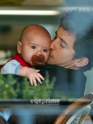 Orlando Bloom Cuddles Up With Baby Flynn at a Cafe in Hollywood, June 1  - orlando-bloom Photo