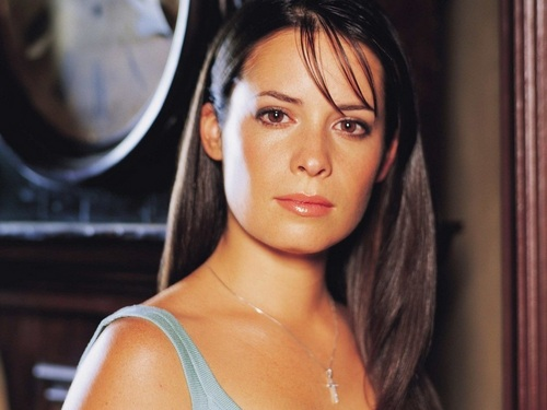 Piper Halliwell wallpaper probably with attractiveness, a portrait, and skin entitled Piper wallpaper
