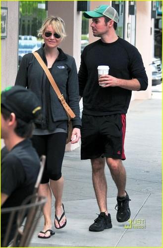 Renee Zellweger: Starbucks with a Mystery Man!