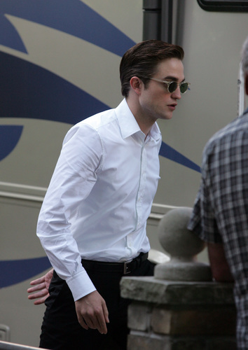 Robert Pattinson Cosmo set3