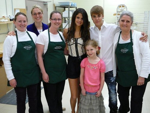 Selena - At Rhéo Thompson Candies With Justin Bieber - June 3, 2011