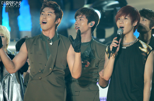 SHINee(シャイニー) and TVXQ, we are a family! :D