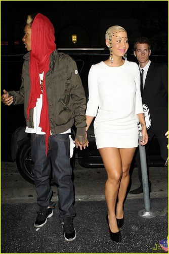 Wiz Khalifa & Amber Rose: Holding Hands!