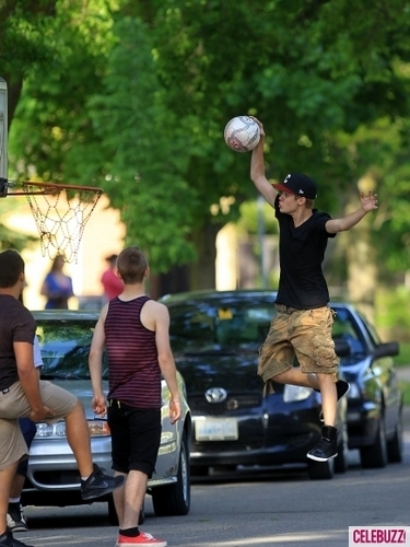 justin bieber plays ball back at 首页 in canada!!