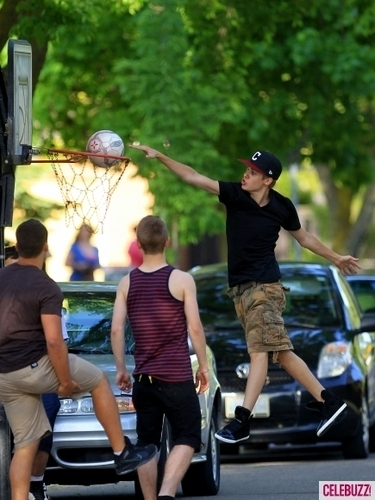 justin bieber plays ball back at Главная in canada!!