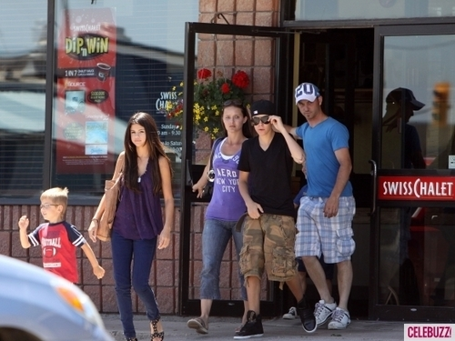 ... -out-with-justin-bieber-s-family-justin-bieber-22543509-500-375.jpg