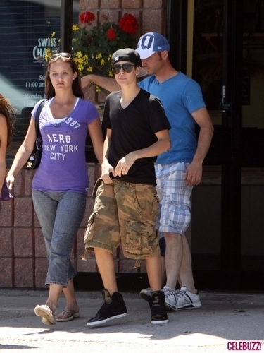 selena gomez hanging out with justin bieber's family!!